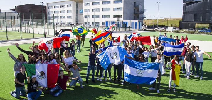 飘扬着各国国旗的国际新生欢迎仪式