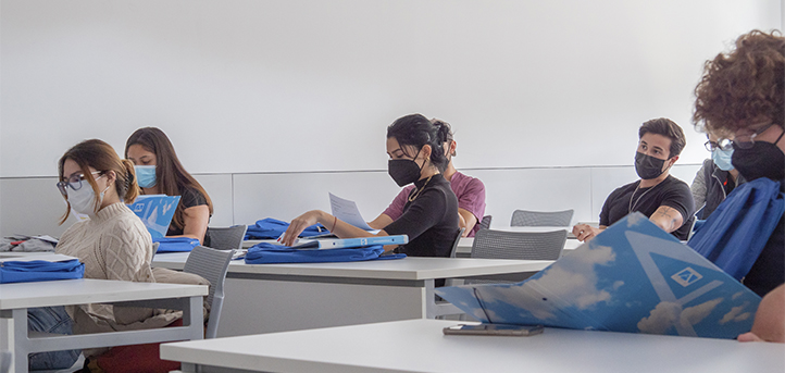高年级学生带领新来的国际学生参观校园和宿舍